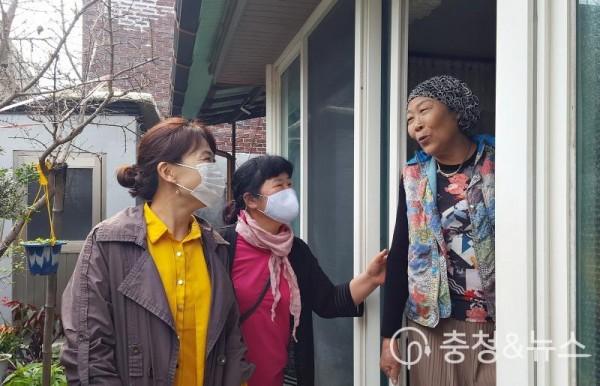 210507 용산동명예사회복지공무원 활약.jpg
